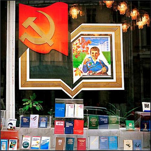 Оформление витрины книжного магазина, магазин книг, книговед, витрина книжного магазина